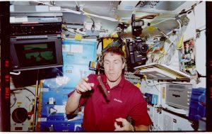 astronaut eet beef jerky in de ruimte